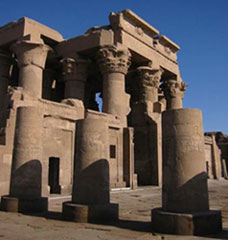 Kom Ombo: The double entrance (copyright Michael Reeve)